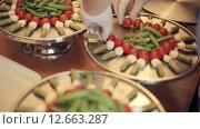 Купить «Повар ставит на большой поднос канапе с помидорами, моцареллой и соусом», видеоролик № 12663287, снято 11 июля 2015 г. (c) Denis Mishchenko / Фотобанк Лори