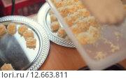 Купить «Официант ставит на поднос канапе с сыром», видеоролик № 12663811, снято 11 июля 2015 г. (c) Denis Mishchenko / Фотобанк Лори