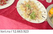 Купить «Тарелка с канапе из креветок и ананаса», видеоролик № 12663923, снято 11 июля 2015 г. (c) Denis Mishchenko / Фотобанк Лори