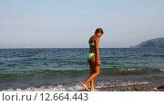 Грустная девочка ходит по пляжу (2015 год). Стоковое видео, видеограф Мальцев Артур / Фотобанк Лори
