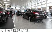 Купить «Автосалон по продажи новых автомобилей марки Hyundai. Санкт-Петербург», видеоролик № 12671143, снято 3 августа 2015 г. (c) Кекяляйнен Андрей / Фотобанк Лори