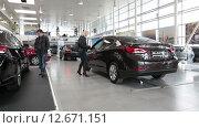 Купить «Покупатели в автосалоне продажи новых автомобилей марки Hyundai. Санкт-Петербург», видеоролик № 12671151, снято 3 августа 2015 г. (c) Кекяляйнен Андрей / Фотобанк Лори
