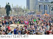 Купить «Народ на ВДНХ во время праздника мыльных пузырей Dreamflash», фото № 12671411, снято 2 мая 2013 г. (c) Алёшина Оксана / Фотобанк Лори