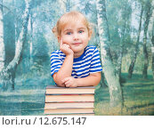 Маленькая девочка с книгами, учебниками. Стоковое фото, фотограф Вячеслав Волков / Фотобанк Лори