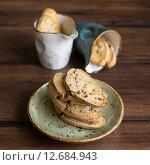 Традиционное домашнее итальянское печенье кантуччи (cantuccini) с миндальными орехами. Стоковое фото, фотограф Анна Курзаева / Фотобанк Лори