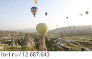 Купить «Полет воздушных шаров над горами в Каппадокии», видеоролик № 12687643, снято 14 сентября 2015 г. (c) Наталья Волкова / Фотобанк Лори