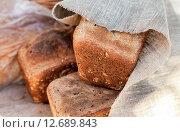 Купить «Буханки ржаного хлеба покрыты грубой холщовой тканью», фото № 12689843, снято 12 сентября 2015 г. (c) FotograFF / Фотобанк Лори
