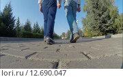 Купить «Отец с сыном гуляют в парке», видеоролик № 12690047, снято 14 сентября 2015 г. (c) Mikhail Erguine / Фотобанк Лори