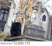 Купить «Девушка посещает могилы родственников на кладбище», фото № 12690115, снято 28 апреля 2020 г. (c) Matej Kastelic / Фотобанк Лори