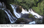 Водопад в джунглях. Таиланд. Стоковое видео, видеограф Анна Балалаева / Фотобанк Лори