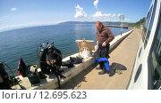 Купить «Подводный художник готовится к погружению на озере Байкал для того чтоб написать подводную картину», видеоролик № 12695623, снято 5 сентября 2014 г. (c) Некрасов Андрей / Фотобанк Лори