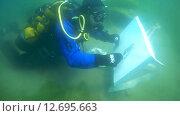 Купить «Подводный художник Юрий Адексеев рисует картину под водой в озере Байкал», видеоролик № 12695663, снято 5 сентября 2014 г. (c) Некрасов Андрей / Фотобанк Лори