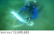 Купить «Подводный художник Юрий Адексеев рисует картину под водой в озере Байкал», видеоролик № 12695683, снято 5 сентября 2014 г. (c) Некрасов Андрей / Фотобанк Лори