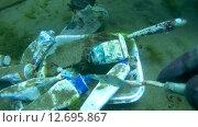 Купить «Подводный художник Юрий Адексеев рисует картину под водой в озере Байкал», видеоролик № 12695867, снято 5 сентября 2014 г. (c) Некрасов Андрей / Фотобанк Лори