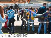 """Купить «Огромный мыльный пузырь на фестивале мыльных пузырей """"Dreamflash"""" на ВДНХ», эксклюзивное фото № 12696847, снято 2 мая 2013 г. (c) Алёшина Оксана / Фотобанк Лори"""