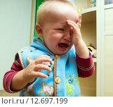 Купить «Мальчик (1 год и 3 месяца) плачет», эксклюзивное фото № 12697199, снято 7 сентября 2015 г. (c) Вячеслав Палес / Фотобанк Лори