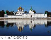 Купить «Ипатьевский монастырь в Костроме, отражение в реке в летний день», фото № 12697415, снято 14 сентября 2015 г. (c) ElenArt / Фотобанк Лори