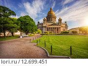 Купить «Перистые облака над Исаакиевским собором», фото № 12699451, снято 13 июня 2015 г. (c) Baturina Yuliya / Фотобанк Лори