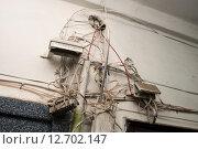 Неаккуратный монтаж. Высокоскоростной интернет, кабельное телевидение и телефонная линия. Стоковое фото, фотограф Краснощеков Сергей / Фотобанк Лори