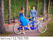 Молодой человек идет к девушке на встречу в парке. Стоковое фото, фотограф Tanya Ischenko / Фотобанк Лори