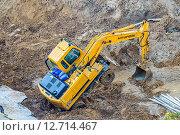 Купить «Колёсный экскаватор Hyundai Robex 170W-7 роет котлован под фундамент жилого дома», фото № 12714467, снято 14 сентября 2015 г. (c) Владимир Сергеев / Фотобанк Лори
