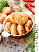 Купить «Золотистые куриные котлеты в керамической миске на деревянном столе», фото № 12716707, снято 20 сентября 2015 г. (c) Надежда Мишкова / Фотобанк Лори