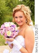 Купить «Невеста с букетом цветов», фото № 12720211, снято 26 июля 2014 г. (c) Виктор Топорков / Фотобанк Лори