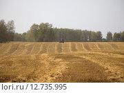 Купить «Трактор движется по полю», эксклюзивное фото № 12735995, снято 8 сентября 2015 г. (c) Иван Карпов / Фотобанк Лори