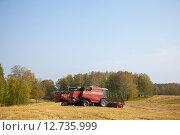 Купить «Комбайны стоят на краю поля», эксклюзивное фото № 12735999, снято 8 сентября 2015 г. (c) Иван Карпов / Фотобанк Лори
