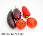 Купить «Красный сладкий перец, помидоры и баклажаны на белом фоне», фото № 12739587, снято 16 сентября 2015 г. (c) Алексей Ларионов / Фотобанк Лори