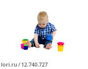 Купить «Маленький мальчик в клетчатой рубашке играет на полу», фото № 12740727, снято 19 июля 2015 г. (c) Татьяна Гришина / Фотобанк Лори
