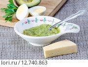Купить «Паста из авокадо сорта Reed с яйцом, сыром и чесноком», фото № 12740863, снято 18 сентября 2015 г. (c) Алёшина Оксана / Фотобанк Лори