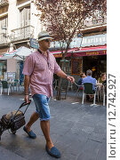 Купить «Madrid, Spain, Man with hat and luggage», фото № 12742927, снято 8 сентября 2014 г. (c) Caro Photoagency / Фотобанк Лори