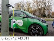 Купить «Berlin, Germany, invite an e-scooter over a street lantern», фото № 12743311, снято 24 ноября 2014 г. (c) Caro Photoagency / Фотобанк Лори