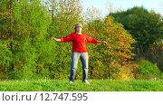 Купить «Женщина практикует йогу», видеоролик № 12747595, снято 25 сентября 2015 г. (c) Серёга / Фотобанк Лори