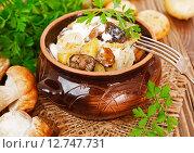 Купить «Тушеные грибы с картофелем и сметаной на столе», фото № 12747731, снято 24 сентября 2015 г. (c) Надежда Мишкова / Фотобанк Лори