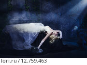 Купить «Спящая Красавица. Мертвая невеста в белом платье лежит в темном склепе», фото № 12759463, снято 26 июня 2015 г. (c) Дмитрий Черевко / Фотобанк Лори