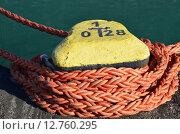 Купить «Желтый береговой пал с намотанным оранжевым капроновым швартовным тросом», эксклюзивное фото № 12760295, снято 31 августа 2015 г. (c) Наталья Горкина / Фотобанк Лори