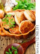 Купить «Золотистые куриные котлеты в керамической миске и овощи на деревянном столе», фото № 12760311, снято 26 сентября 2015 г. (c) Надежда Мишкова / Фотобанк Лори