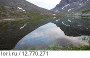 Купить «Спокойна гладь озера с отражением горных вершин. Хибины», видеоролик № 12770271, снято 31 августа 2015 г. (c) Кекяляйнен Андрей / Фотобанк Лори