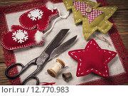 Купить «Рождественские игрушки своими руками, инструменты для творчества», фото № 12770983, снято 10 сентября 2015 г. (c) Сергей Чайко / Фотобанк Лори