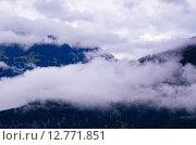 Белые облака над горными склонами. Стоковое фото, фотограф Людмила Герасимова / Фотобанк Лори