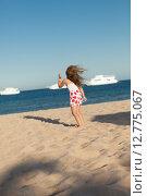 Купить «Маленькая девочка играет на песке», фото № 12775067, снято 21 сентября 2014 г. (c) Сосенушкин Дмитрий Александрович / Фотобанк Лори