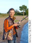 Купить «Молодой человек ловит рыбу на Селигере», эксклюзивное фото № 12776667, снято 27 августа 2015 г. (c) Елена Коромыслова / Фотобанк Лори