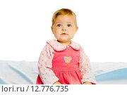 Купить «Красивая маленькая девочка сидит на синем покрывале», фото № 12776735, снято 26 января 2020 г. (c) Татьяна Гришина / Фотобанк Лори
