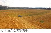 Купить «Трактор едет по стерне», видеоролик № 12776799, снято 17 августа 2015 г. (c) Владимир Кравченко / Фотобанк Лори