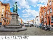 Купить «Улица Dijver Spiegelrei street, памятник Jan van Eyck в Брюгге, Бельгия», фото № 12779687, снято 22 апреля 2014 г. (c) Сергей Новиков / Фотобанк Лори