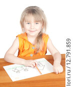 Купить «Маленькая девочка рисует домик и семью», фото № 12791859, снято 5 апреля 2015 г. (c) Андрей Брусов / Фотобанк Лори