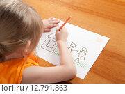 Купить «Маленькая девочка рисует домик», фото № 12791863, снято 5 апреля 2015 г. (c) Андрей Брусов / Фотобанк Лори
