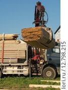 Купить «Holz wird von LKW geladen», фото № 12798215, снято 22 апреля 2019 г. (c) PantherMedia / Фотобанк Лори